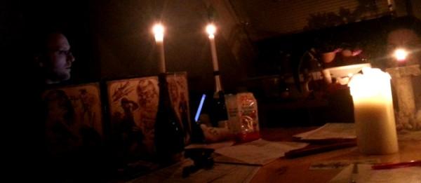 Ein Dunkler Raum und Kerzen helfen bei Horrorstimmung ungemein...