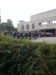 Kurz vor 18 Uhr: Die Besucherschlange vor dem Eingang.