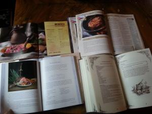 Die Culinaria (unten rechts) im direkten Vergleich mit meinen wetieren drei Fäntelalter-Kochbüchern.