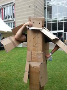 Macht durchaus was her: Der Pappkarton-Ritter kurz vor der Hochzeit