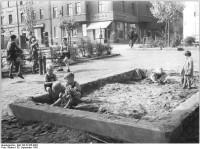 Die totale Freiheit beim Spielen... zumindest bis jemand dir die Förmchen klaut: die Sandbox. (Bild: Bundesarchiv, Bild 183-33165-0002 / CC-BY-SA)