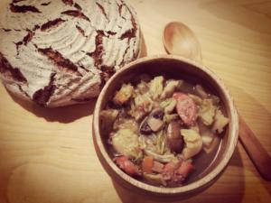 Fast Xorloscher Kohlsuppe mit Mettwurst und Brot